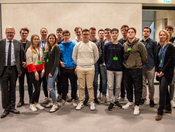 Oberstufenschüler des Gymnasium Delbrück nehmen Frank Schäffler ins Kreuzverhör